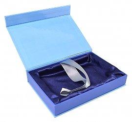 Подарочная коробка с клапаном на магните и атласным ложементом.
