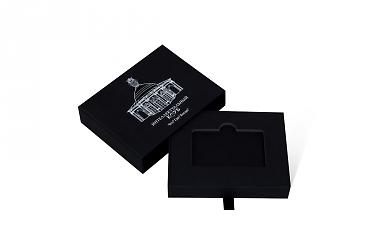 кашированная коробка с фирменным лого