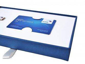 кашированный футляр с ложементом под пластиковую карту и значок