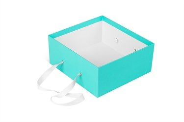 большая коробка с ручкой из ленты