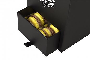 коробка подарочная с пирожными и цветами