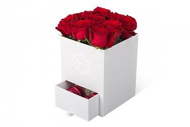 коробка подарочная для цветов и ящиком пирожных