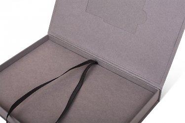 разработка фирменной упаковки с лентой атласной