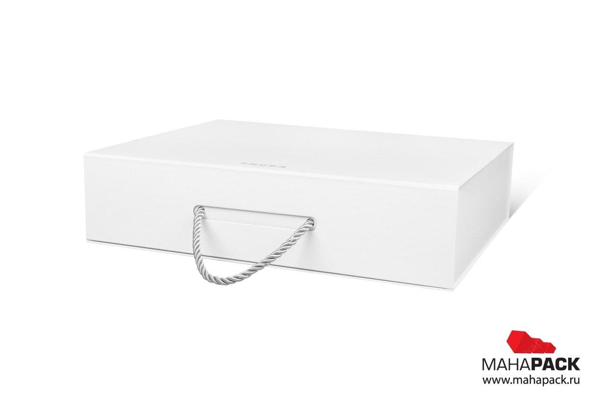 производство подарочных коробок с логотипом коробка-чемодан с веревочной ручкой
