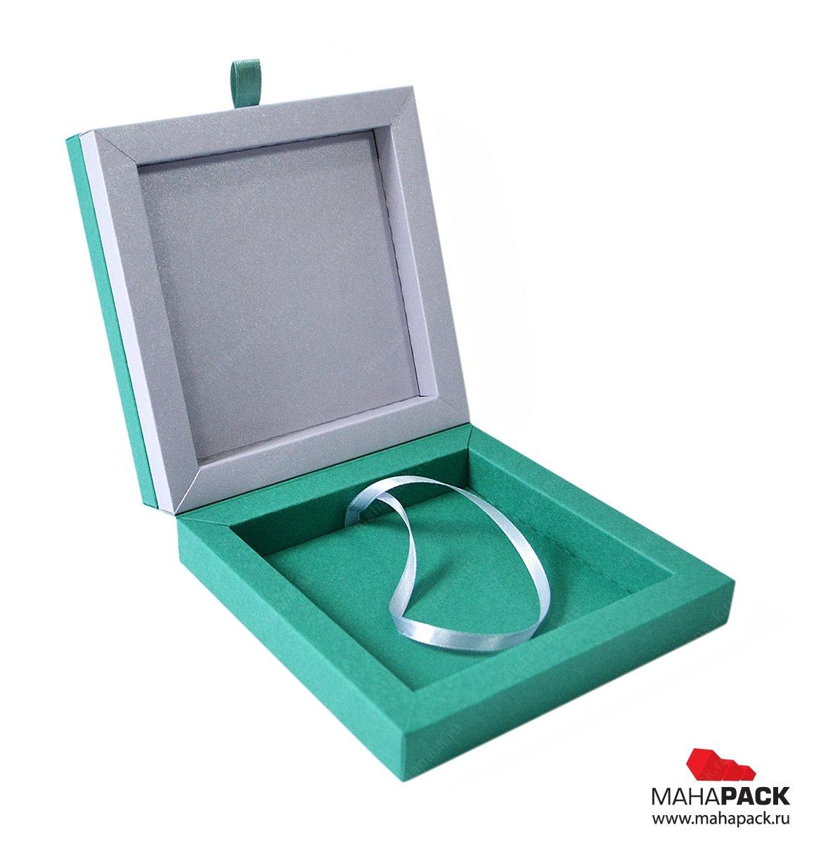 Креативная упаковка на магнитах для значка и буклета