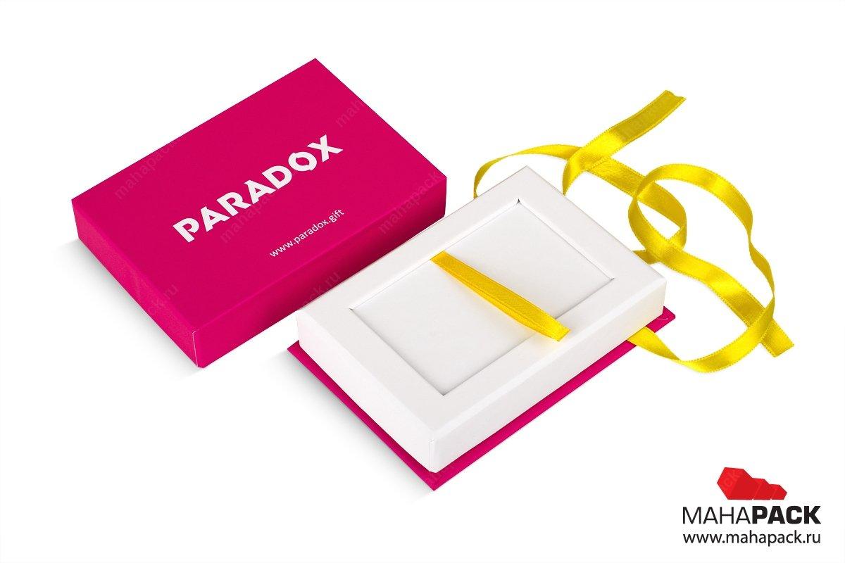 коробка с лентами, внутри карта пластиковых