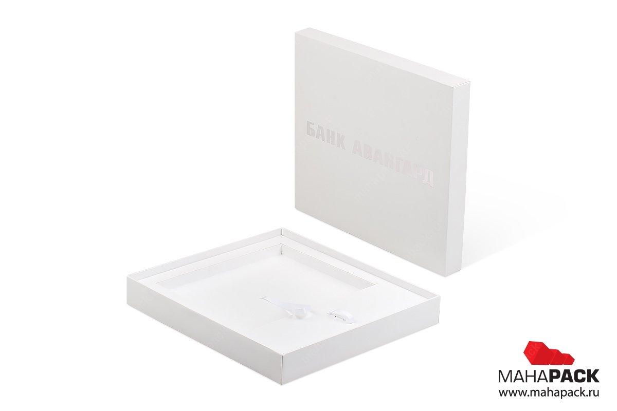брендированная коробка, на крышке логотип